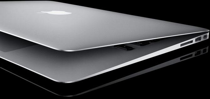 MacBook Air on black background Disponibile un aggiornamento software che risolve il problema dei crash di iTunes sui MacBook Air