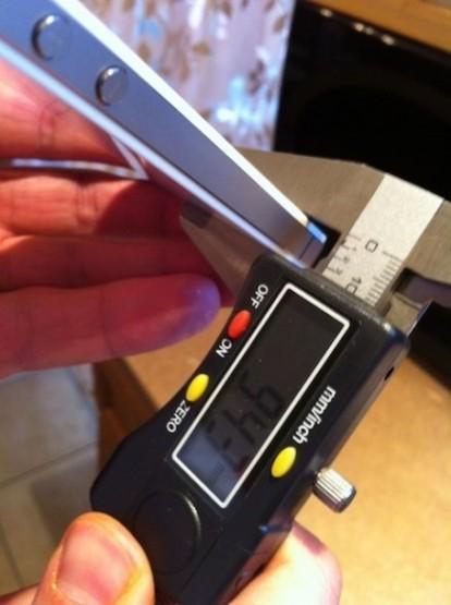 black vs white iphone 4 depth 01 414x555 iPhone 4 bianco: le differenze con il modello nero non riguardano solo lo spessore