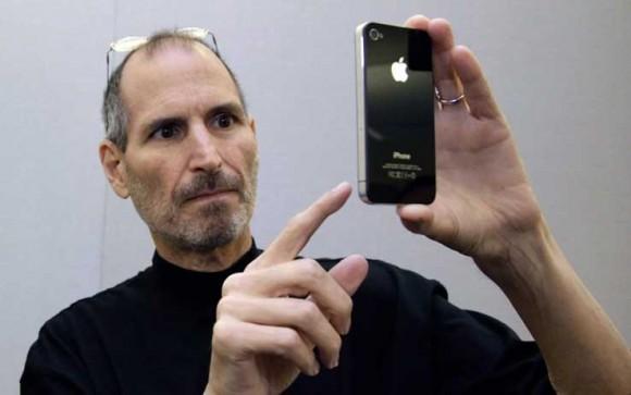 steve jobs iphone 580x363 LiPhone 5 avrà un nuovo look e display da 4 pollici?