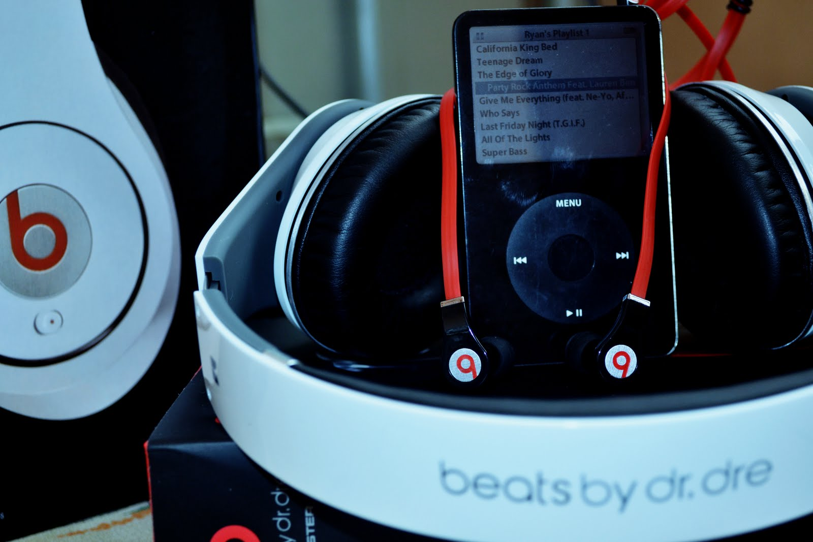 Beats with iPod Tim Cook e Eddy Cue incontrano il CEO di Beats per progetti di musica in streaming