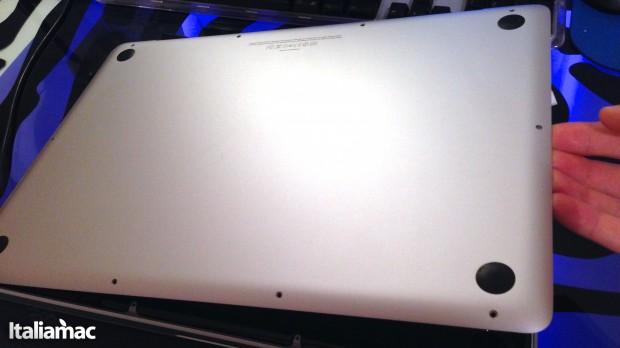 Sollevare la cover 620x348 Guida: Pulire le ventole di MacBook Pro