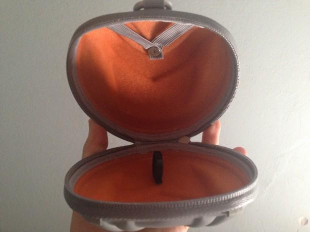 Custodia aperta, si nota il laccetto nero per tenere il filo una volta staccato.