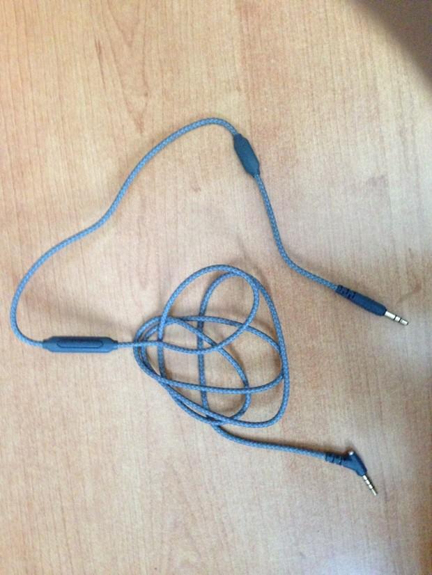 In questa foto è ben visibile la separazione tra il tasto multifunzione e il microfono (vicino al jack dritto)