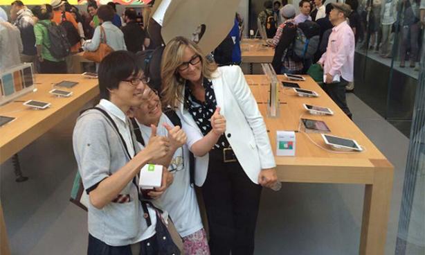 angelahrendts Anche Angela Ahrendts e altri dirigenti si sono presentati all'apertura dellApple Store di Omotesando in Giappone