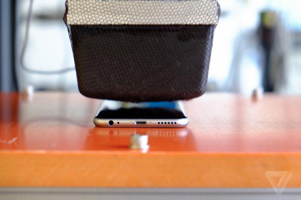 Schermata 2014 09 26 alle 20.17.06 620x413 [Video] Apple spiega come vengono eseguiti i test di resistenza e piegatura per iPhone 6 Plus