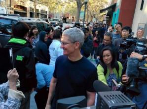 Il CEO di Apple, Tim Cook, insieme a Angela Ahrendts, nuovo SVP di vendita al dettaglio e dello Store online, hanno visitato l'Apple Store di Palo Alto