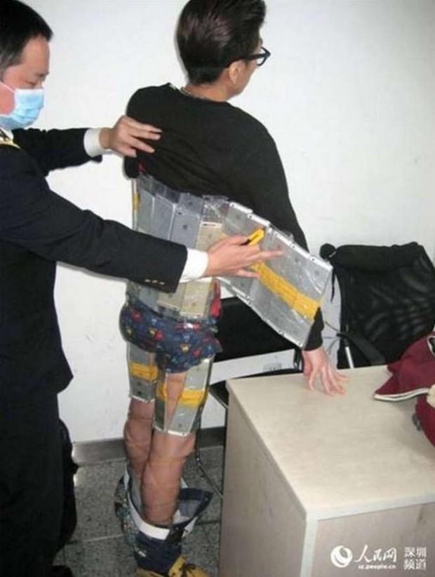 contrabbandoiphone1 620x823 Cina, fermato alla frontiera con una armatura di iPhone di contrabbando
