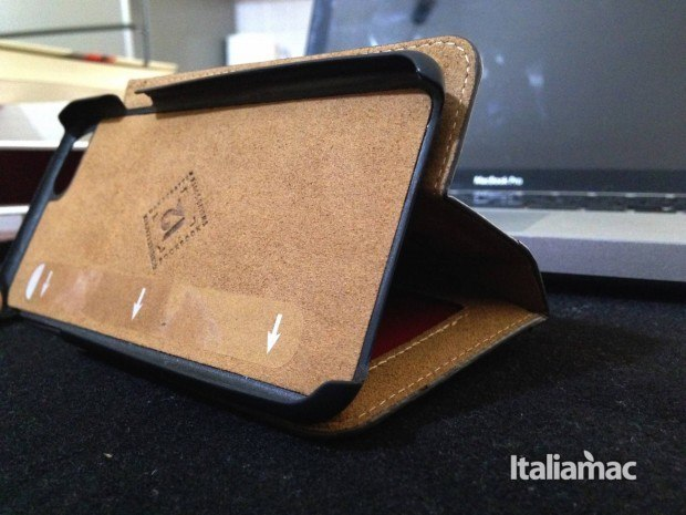bookbook stand 620x465 BookBook per iPhone 6, test della cover in stile libro depoca
