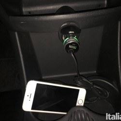 vinsic usb w iphone 250x250 Vinsic: il caricabatterie Lightning da auto ad alta velocità