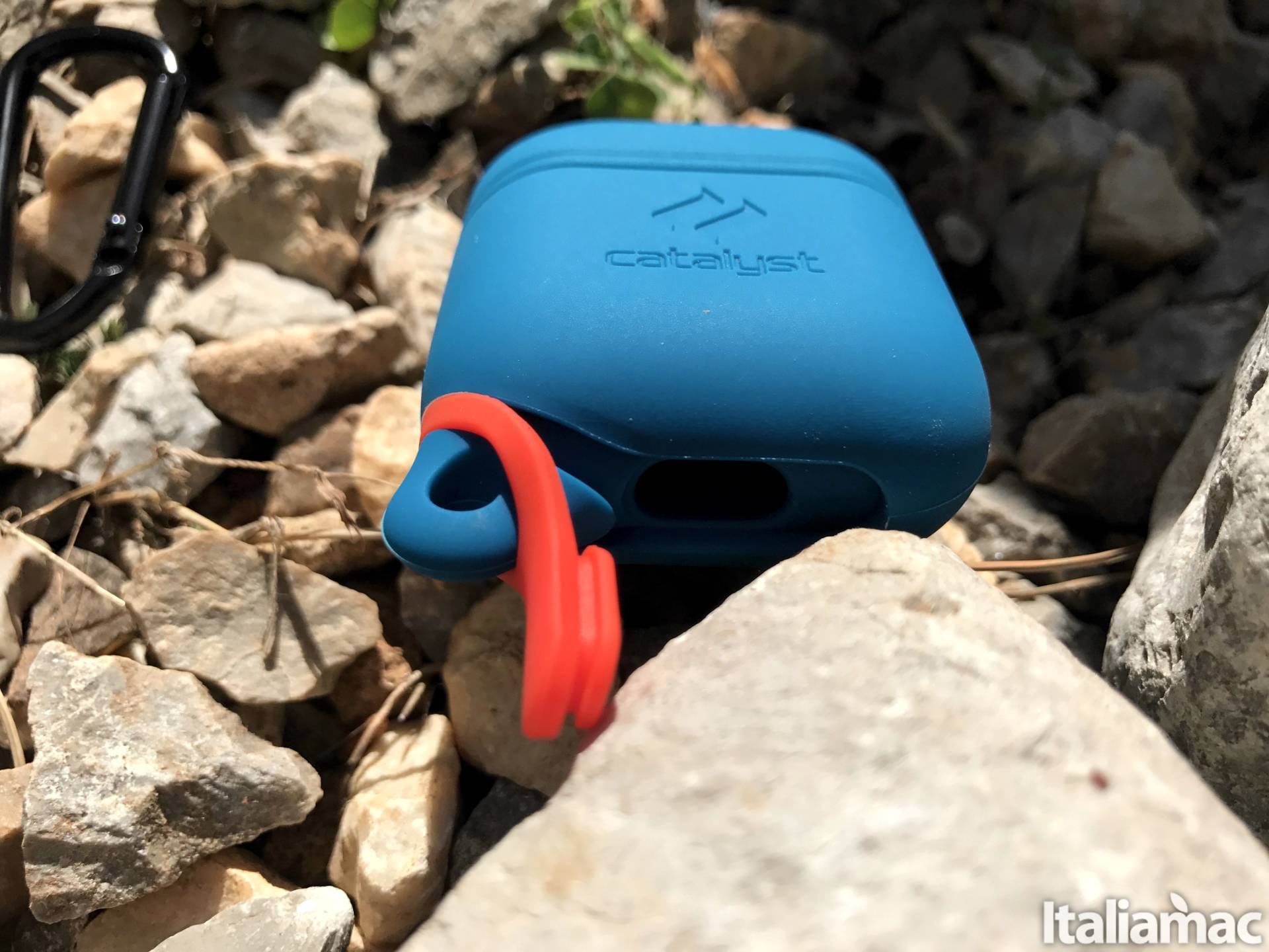 www.italiamac.it catalyst airpods case down opened Proteggi le AirPods da cadute e schizzi dacqua con il case di Catalyst