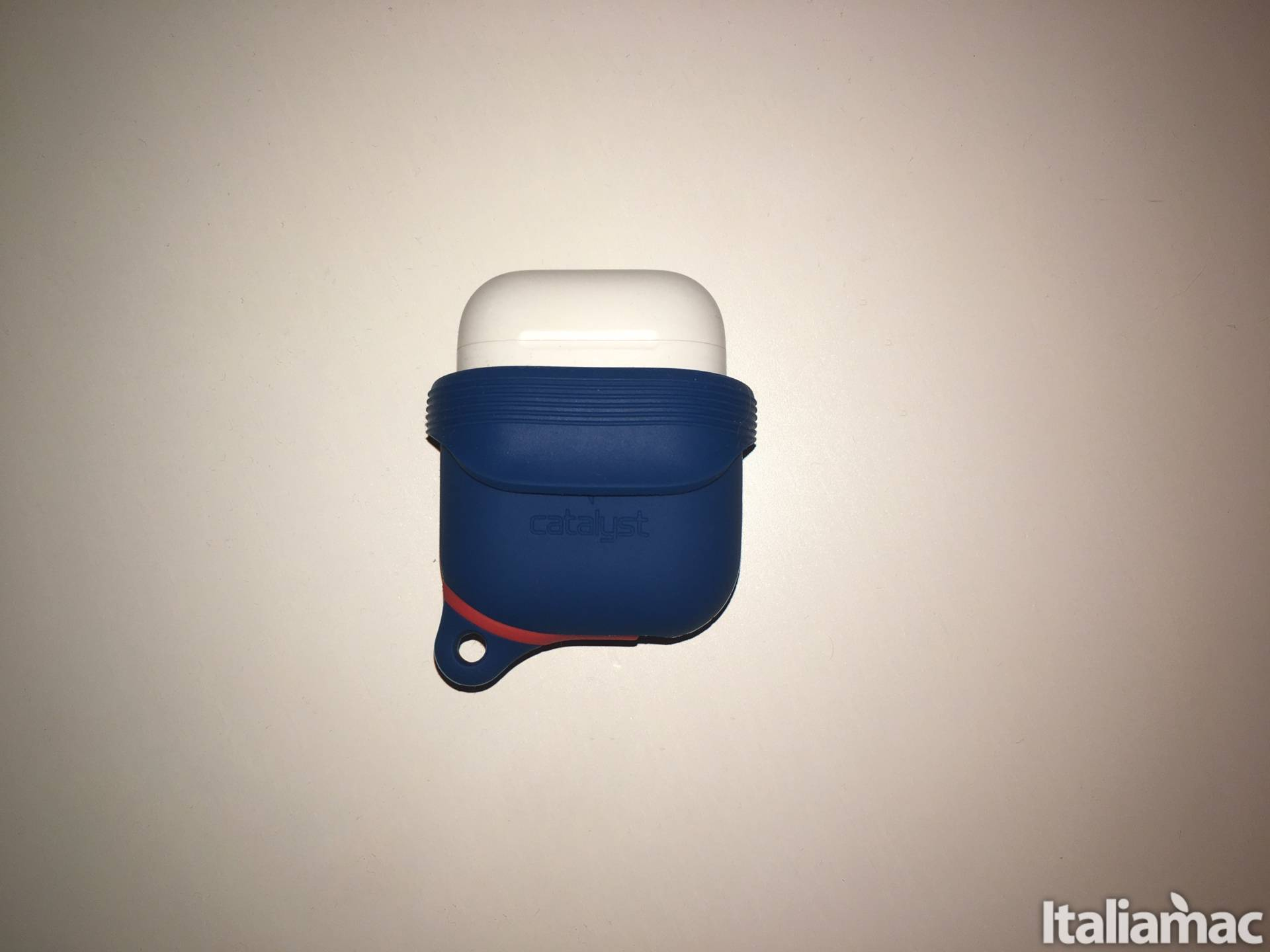 www.italiamac.it proteggi airpods cadute schizzi catalyst catalyst airpods case open Proteggi le AirPods da cadute e schizzi dacqua con il case di Catalyst